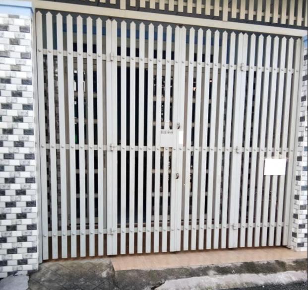 Thợ sơn dầu cửa sắt tại TPHCM, nhận sơn cửa sắt , cửa cổng sắt, sơn hàng rào sắt, sơn cầu thang, lan can sắt. Dịch vụ sơn cửa sắt nhà ở , nhà xưởng, phun sơn hàng rào sắt giá rẻ khu vực TPHCM. Nhận phun sơn cửa sắt nhà biệt thự, sơn cửa sắt nhà lầu, phun sơn hàng rào chắn, sơn khung bảo vệ sân thượng. Là thợ sơn cửa sắt chuyên nghiệp, có nhiều năm kinh nghiệm trong nghề sơn cửa sắt đẹp TPHCM. Cung cấp các hãng sơn dầu như. Sơn dầu jotun, sơn bạch tuyết , sơn toa, Gardex Jotun, Tilac-Bilac Nippon, Maxilite, Propan...Nhận làm cửa sắt, hàn cổng sắt, thi công hàn hàng rào sắt hộp, làm tất cả hạng mục liên quan tới cơ khí, hàn xì....