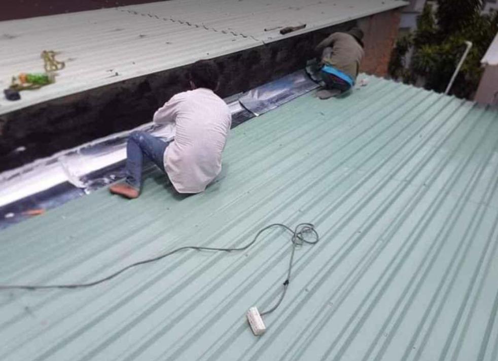 Công ty chuyên cung cấp dịch vụ chống dột mái tôn quận 7, nhận xử lý các hiện tượng thấm dột mái tôn tại khu vực quận 7 hiệu quả 100%. Thi công lợp mái tôn nhà ở, nhà xưởng, nhà tiền chế, chống thấm trần nhà, tường nhà, xử lý vế ố,...Thợ chống dột mái tôn ở tại quận 7, sửa chữa mái tôn bị hư hỏng, thay lợp mái tôn cũ giá rẻ. Dịch vụ chống dột mái tôn quận 7, bằng nhiều phương pháp chống dột mới nhất, bảo hành dài hạn. Liên hệ dịch vụ chống dột mái tôn nhanh ở quận 7 hotline 0907.603.222